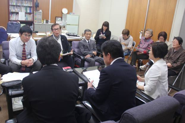 流山民商の役員と同席する小田桐たかし議員(一番左)と植田和子議員(左から4番目)