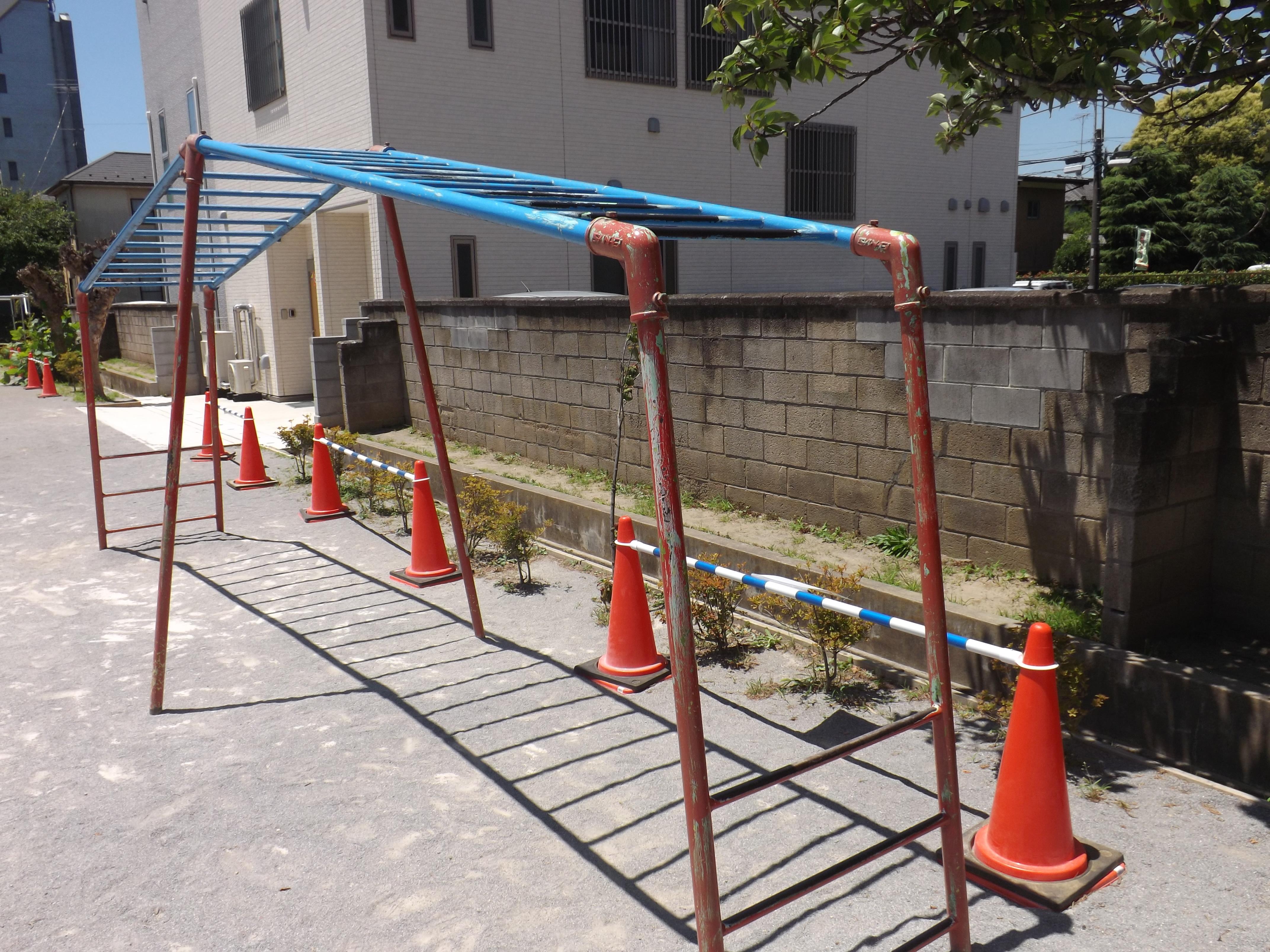 校庭内の遊具や学童保育近くのブロック塀も