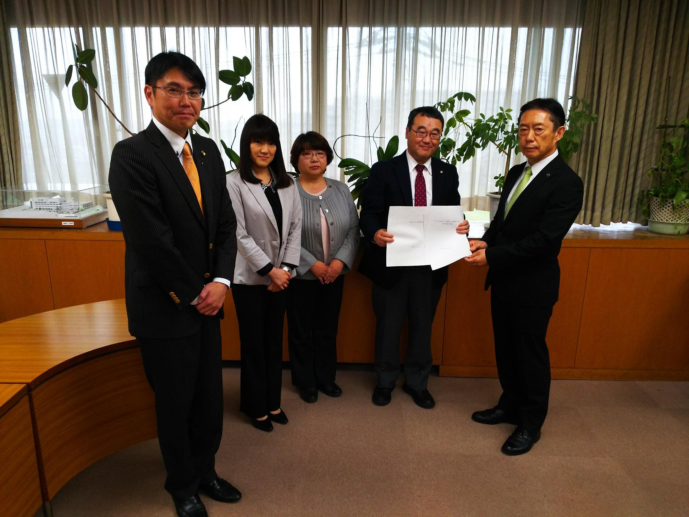 左から、小田桐たかし、植田和子、徳増きよ子、乾紳一郎各市議と井崎市長