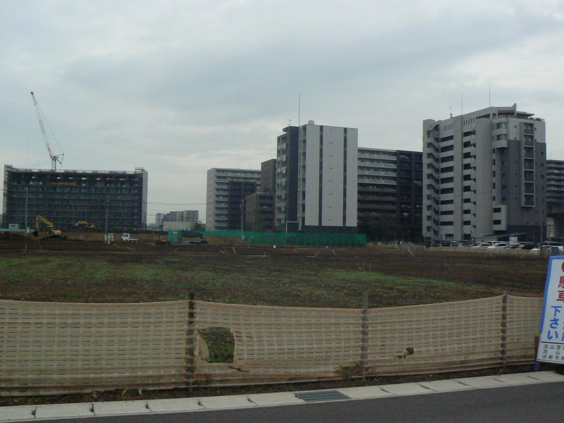 市有地東側。マンション群の手前にもまだマンション建設可能な用地が残っています