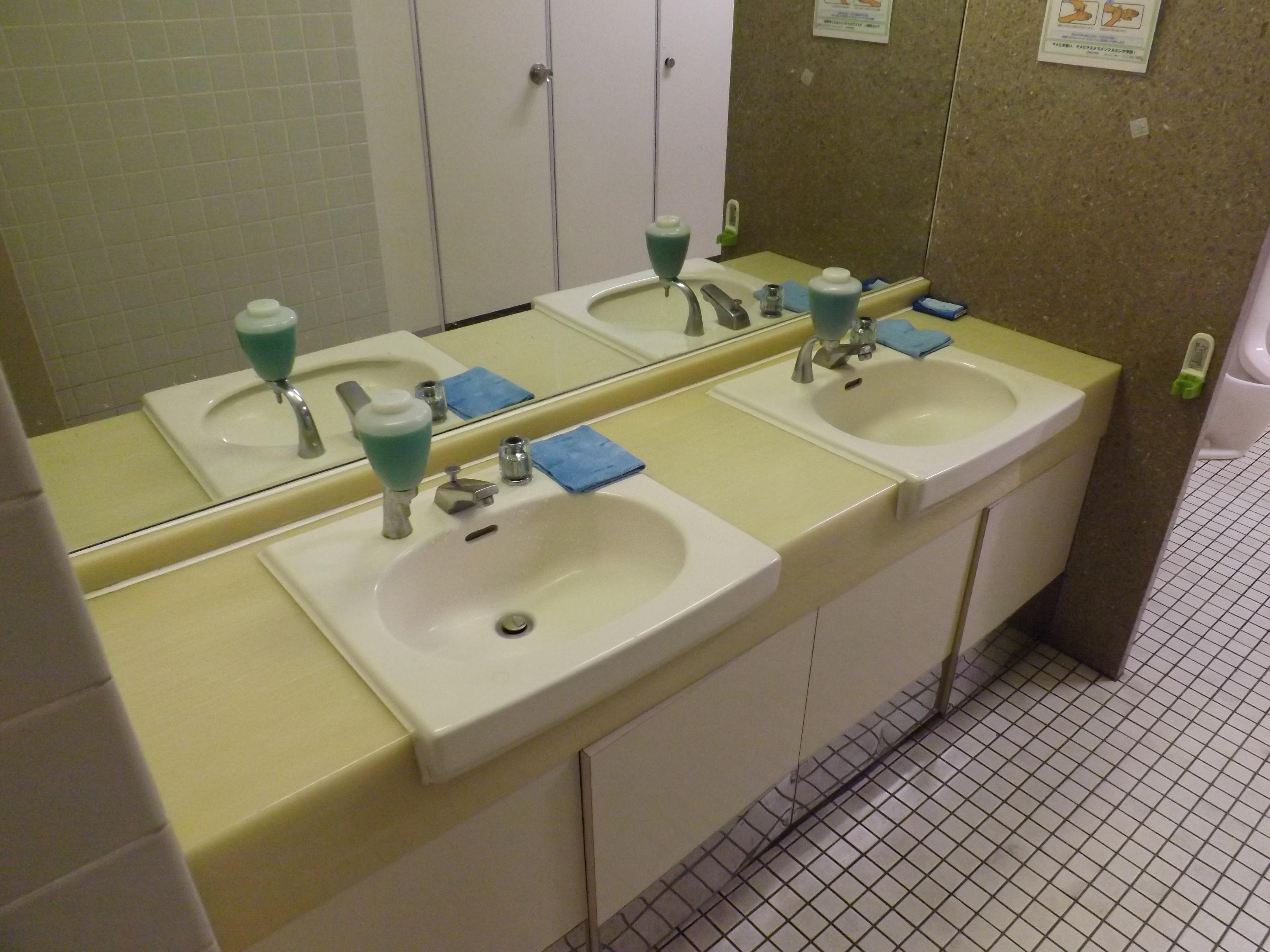 市役所1階トイレ、、、手洗い場が水洗化に(「新型コロナ対策で、緊急的な改善」って言っても松戸市役所ではすでに実施されており…新型コロナに便乗していないよね)